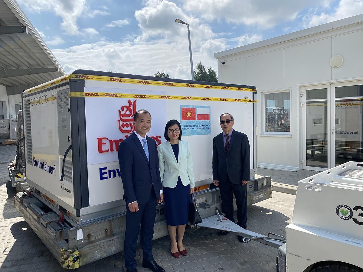 Đại sứ Nguyễn Hùng cùng cán bộ sứ quán nhận bàn giao lô vaccine do Ba Lan viện trợ tại sân bay Warsaw Chopin ngày 20/8. Ảnh: BNG.