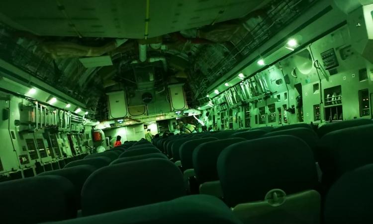 Bên trong một chuyến bay di tản trống trơn rời Afghanistan. Ảnh: Twitter/Pen Farthing.