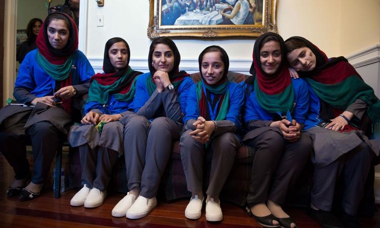 Đội tuyển nữ nghiên cứu robot của Afghanistan tại Washington, Mỹ, hồi tháng 7/2017. Ảnh: AP.