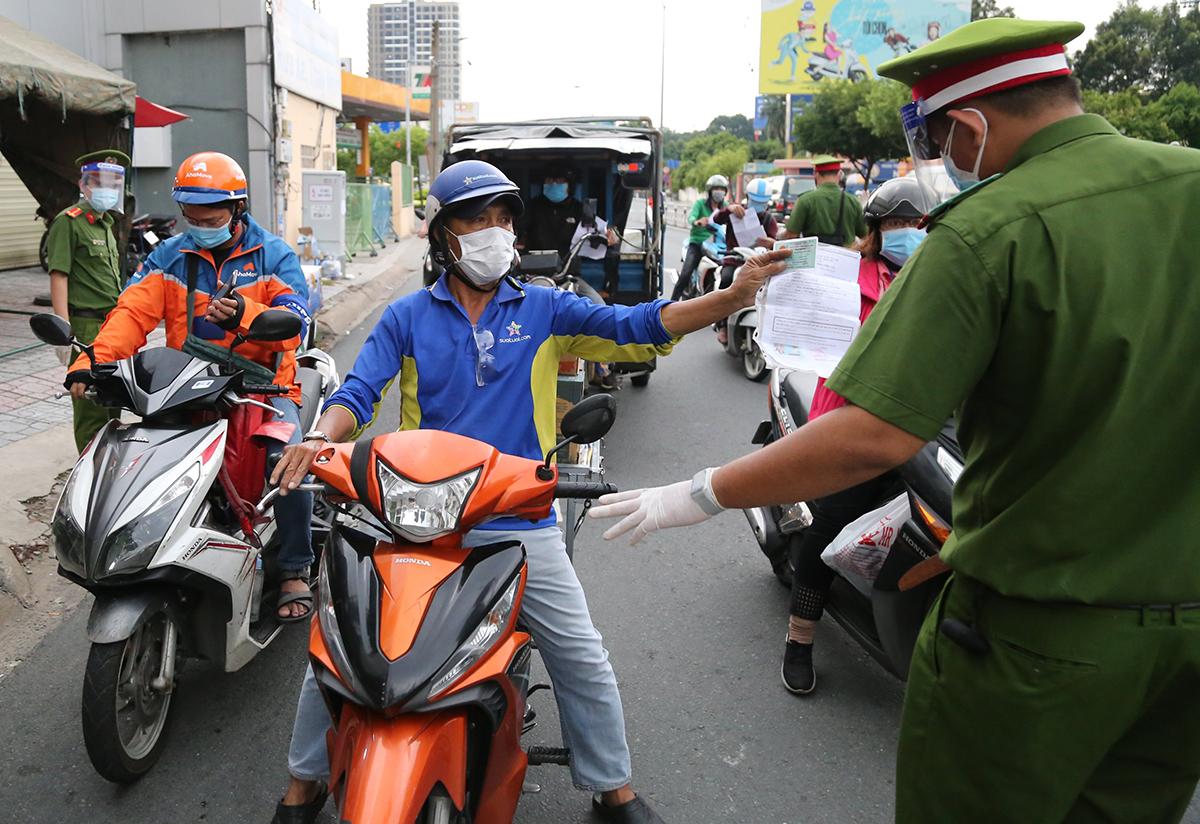 Một chốt kiểm soát gần ngã tư Phú Nhuận, TP HCM, ngày 20/8. Ảnh: Quỳnh Trần