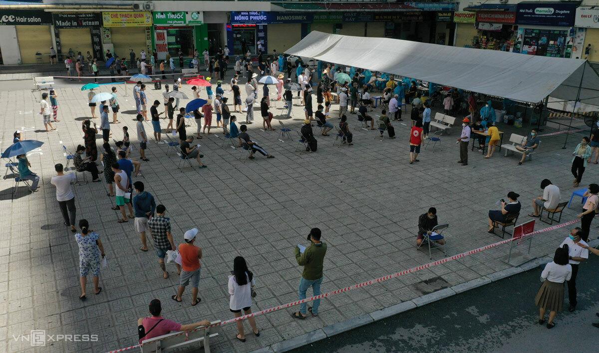 Người dân khu đô thị Linh Đàm chờ lấy mẫu
