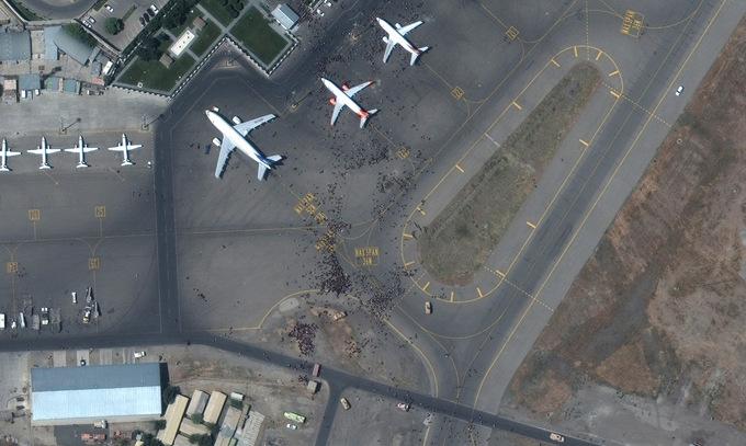 Khu vực bãi đỗ và đường lăn của sân bay Hamid Karzai sáng 16/8. Ảnh: Maxar Technologies.