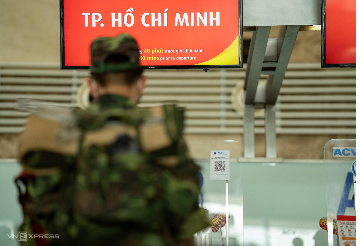 Lực lượng quân y làm thủ tục tại sân bay Nội Bài chiều 21/8, trước giờ vào hỗ trợ TP HCM chống dịch. Ảnh: Phạm Chiểu