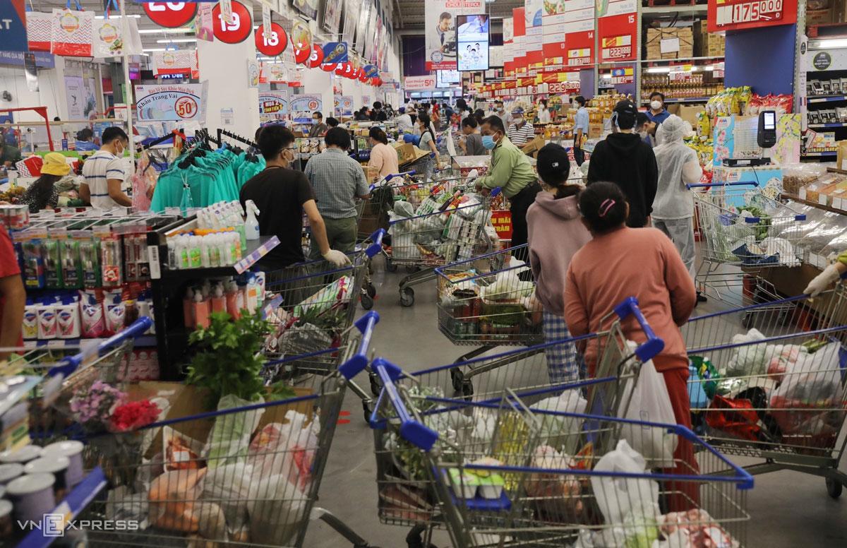 Xe đẩy chen nhau trong siêu thị TP HCM chiều 20/8, sau khi thông tin ai ở đâu yên đó của chính quyền. Ảnh: Quỳnh Văn