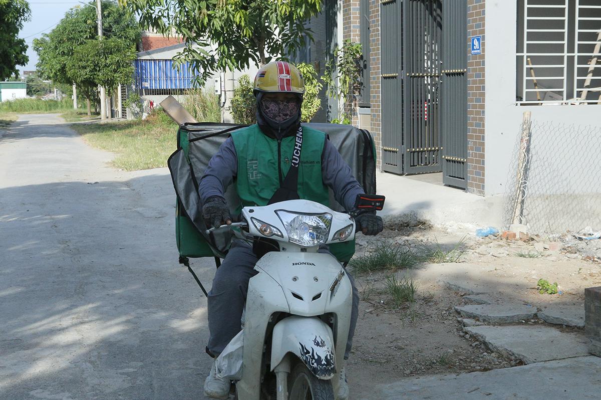 Một shipper thuộc doanh nghiệp dịch vụ đưa hàng tại khu vực xã Hưng Đông, TP Vinh, chiều 21/8. Ảnh: Nguyễn Hải