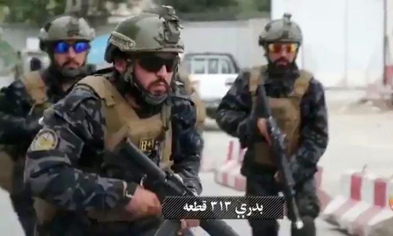 Các tay súng Taliban mặc quân phục và mang vũ khí của quân đội Mỹ trong video tuyên truyền ngày 20/8. Ảnh: Twitter/Al Hijrat TV.