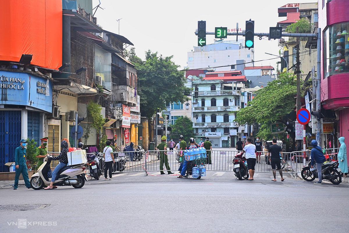 Công an dựng rào chắn trên phố Nguyễn Khuyến chiều 21/8. Ảnh: Giang Huy.