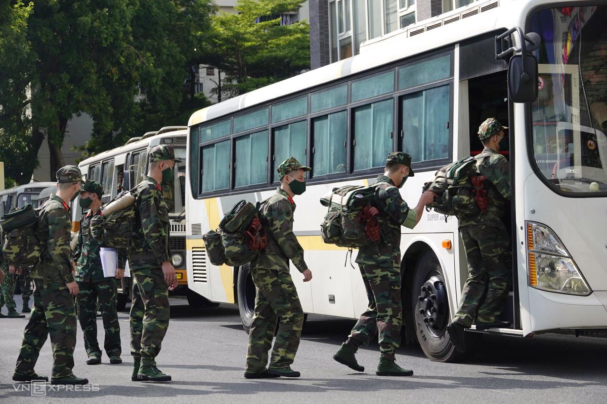 Lực lượng quân y từ Hà Nội vào TP HCM chống dịch chiều 21/8. Ảnh: Ngọc Thành