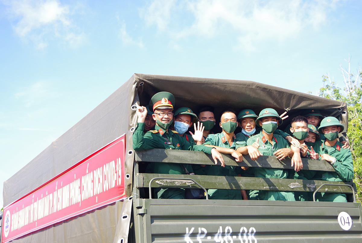 Các cán bộ, chiến sỹ của Sư đoàn 5 giúp TP HCM phòng chống dịch. Ảnh: Quân khu 7