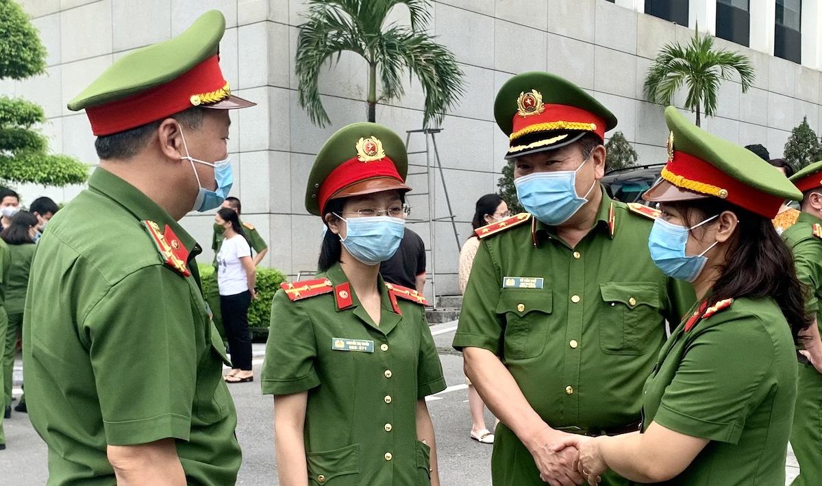 Trung tướng Tô Văn Huệ (thứ 2 từ phải qua) dặn dò hai cán bộ nữ tham gia tăng cường phòng, chống dịch Covid-19 tại TP Hồ Chí Minh và các tỉnh, thành phố phía Nam. Ảnh: Xuân Hoa