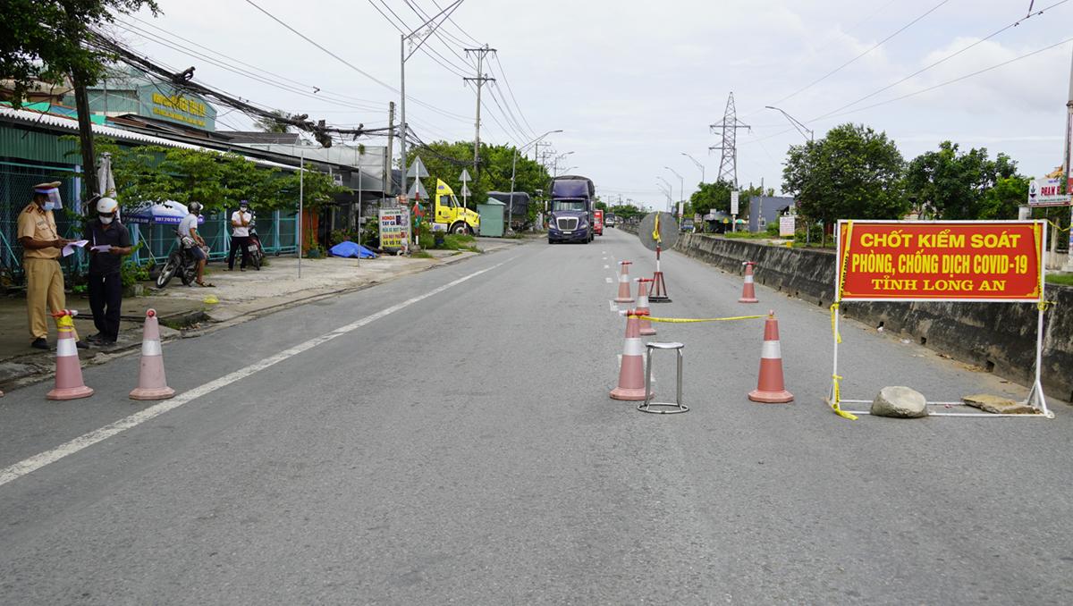 Chốt kiểm soát khu vực giáp ranh Long An - Tiền Giang tại phường Tân Khánh (TP Tân An). Ảnh: Hoàng Nam