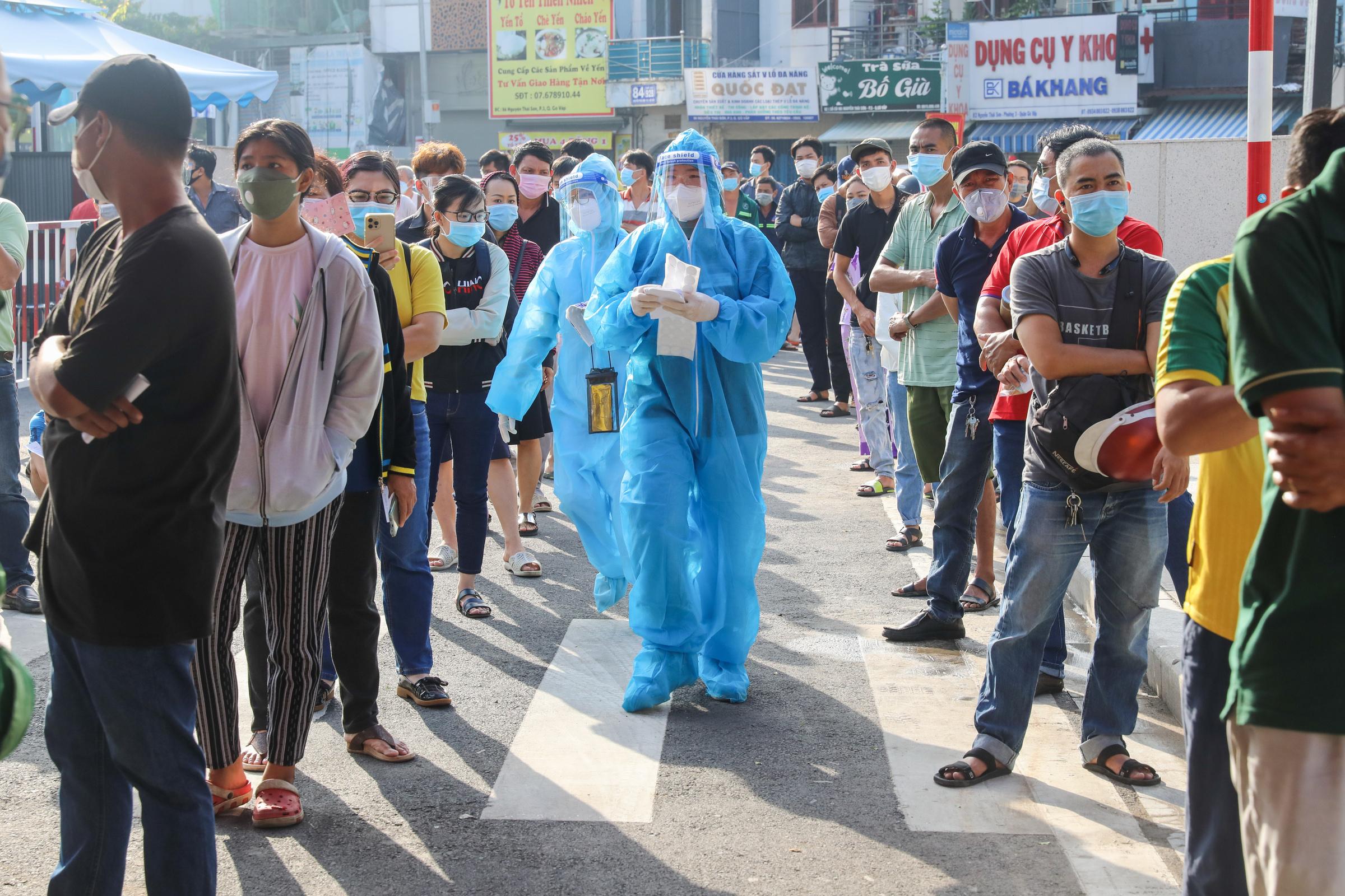 Người dân TP HCM xếp hàng chờ xét nghiệm Covid-19 tại bệnh viện Quân y 175 (quận Gò Vấp), ngày 6/7. Ảnh: Quỳnh Trần