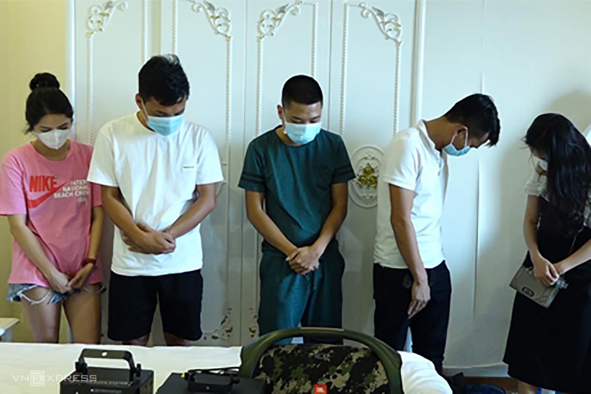 Một số thanh niên trong nhóm 13 người thuê khách sạn để sử dụng ma tuý. Ảnh: Quang Văn