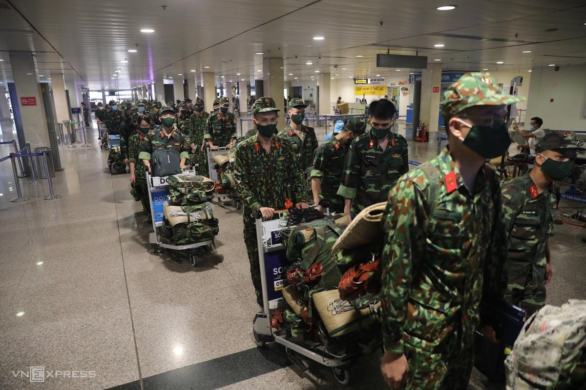 Lực lượng Quân y vào TP HCM chống dịch ngày 21/8. Ảnh: Quỳnh Trần - Đình Văn