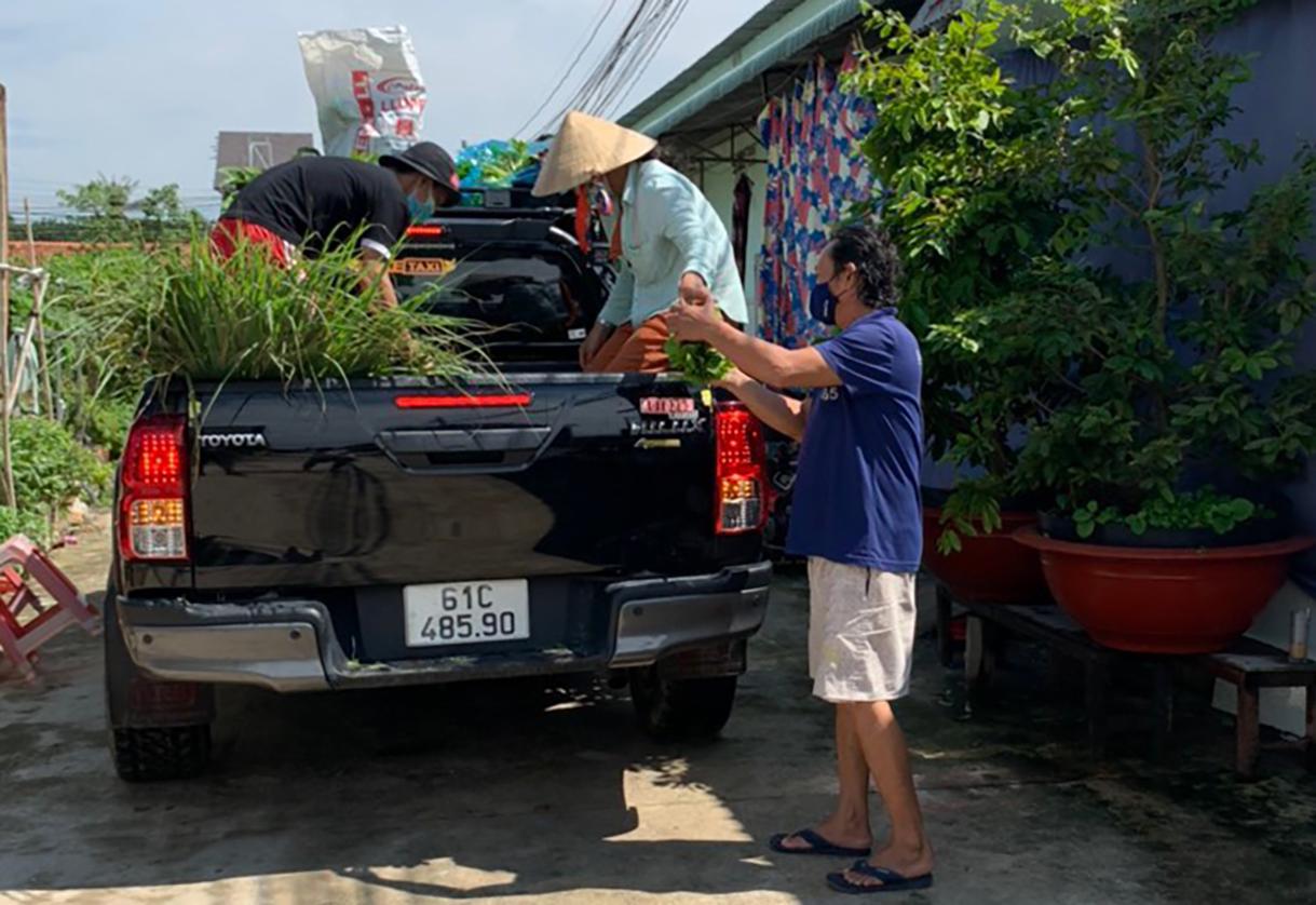 Một tổ Covid cộng đồng phân phát thực phẩm cho người dân ở TP Thuận An sáng 22/8. Ảnh: Thanh Liêm