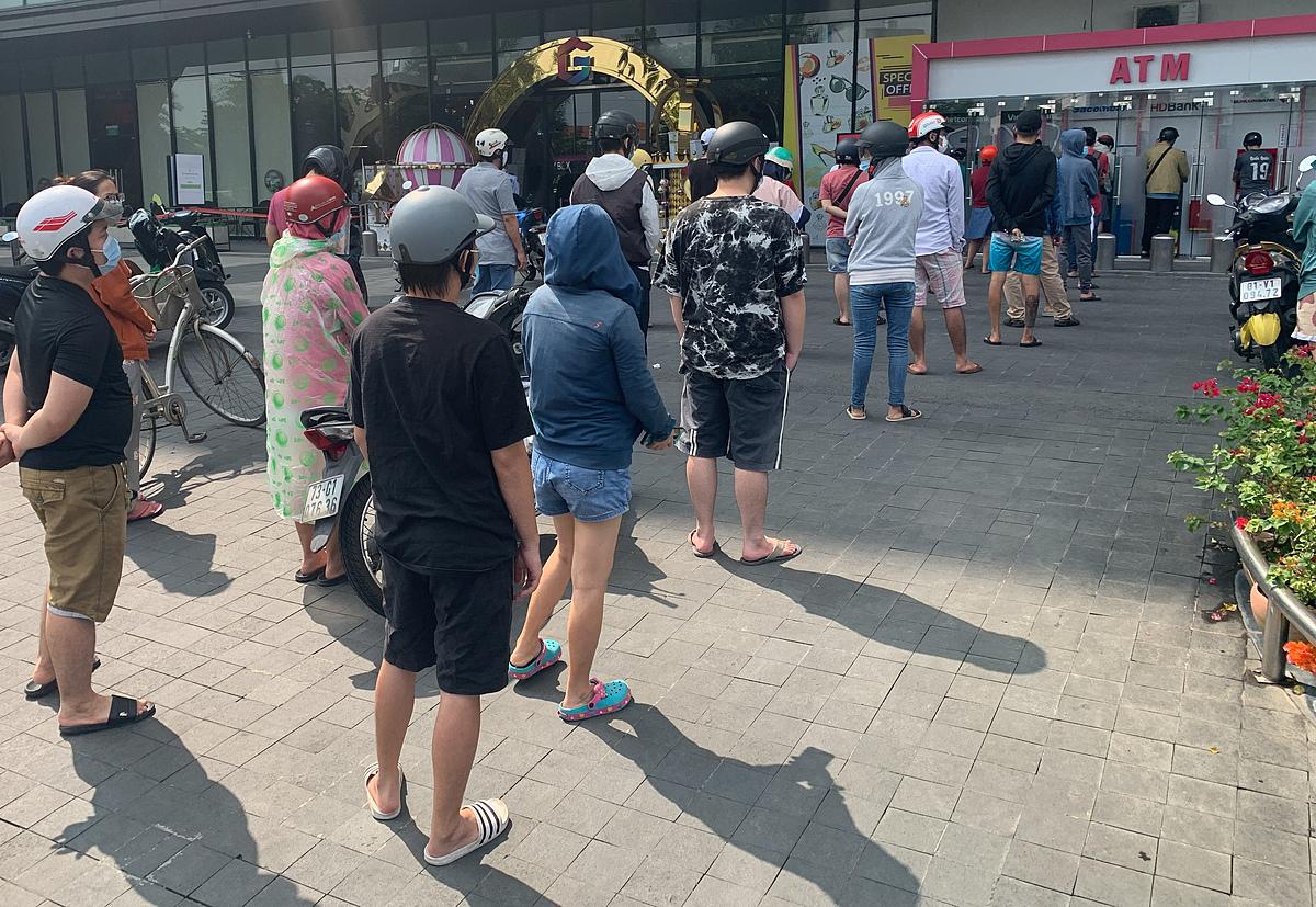 Người dân TP HCM xếp hàng rút tiền tại cây ATM, ngày 21/8. Ảnh: Quỳnh Trần.