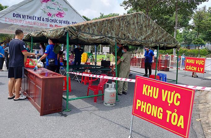 Một điểm phong tỏa tại TP Thuận An sau khi có liên quan đến ca nhiễm Covid-19. Ảnh: Yên Khánh