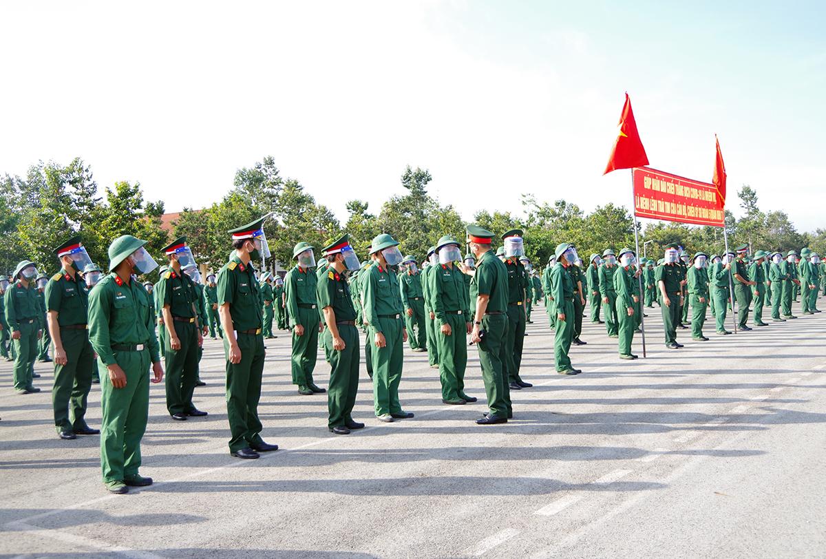 Lãnh đạo Sư đoàn 5, Quân khu 7 động viên các chiến sĩ trước khi xuất quân. Ảnh: Quân khu 7.