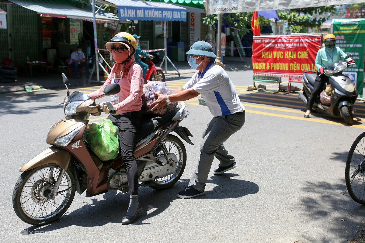 Bà Bùi Thị Hoa Lý tranh thủ đi chợ giúp dân để xin thêm rau, củ, quả cho các công nhân thuê trọ. Ảnh: Nguyễn Đông.