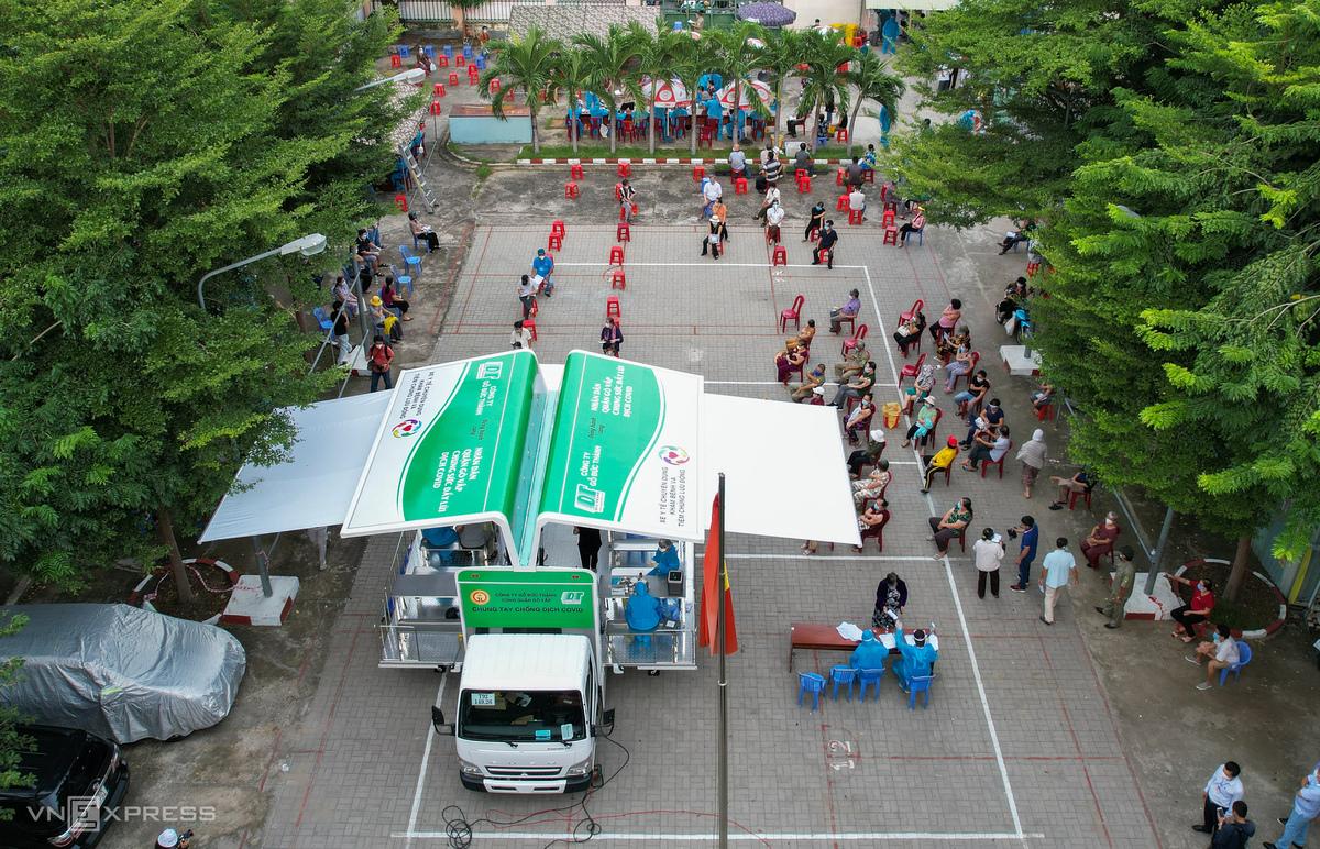 Tổ chức tiêm vaccine cho người dân phường 9, quận Gò Vấp bằng xe tiêm chủng lưu động ngày 14/8. Ảnh: Quỳnh Trần
