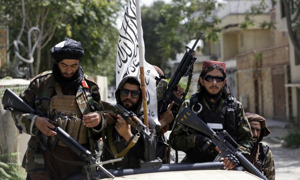 Các tay súng Taliban tuần tra tại Kabul, Afghanistan, hôm 19/8. Ảnh: AP.