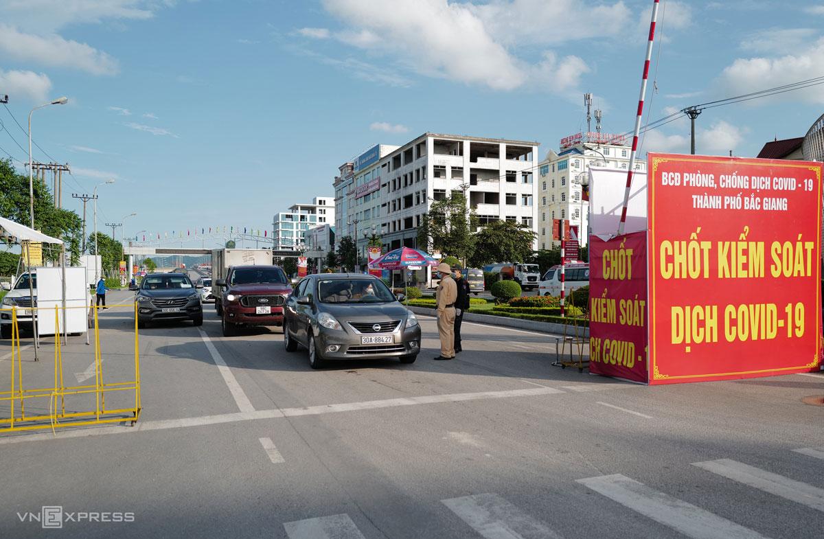 Chốt kiểm soát ở cửa ngõ thành phố Bắc Giang khi địa phương thực hiện giãn cách xã hội theo Chỉ thị 15, tháng 5/2021. Ảnh: Ngọc Thành