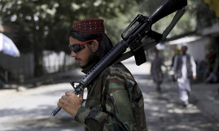 Một tay súng Taliban tại thủ đô Kabul, Afghanistan, ngày 22/8. Ảnh: AP.