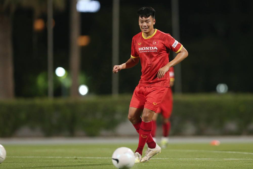 Nguyễn Thành Chung tập luyện cùng tuyển Việt Nam tại Dubai hồi tháng Sáu. Ảnh: Lâm Thoả