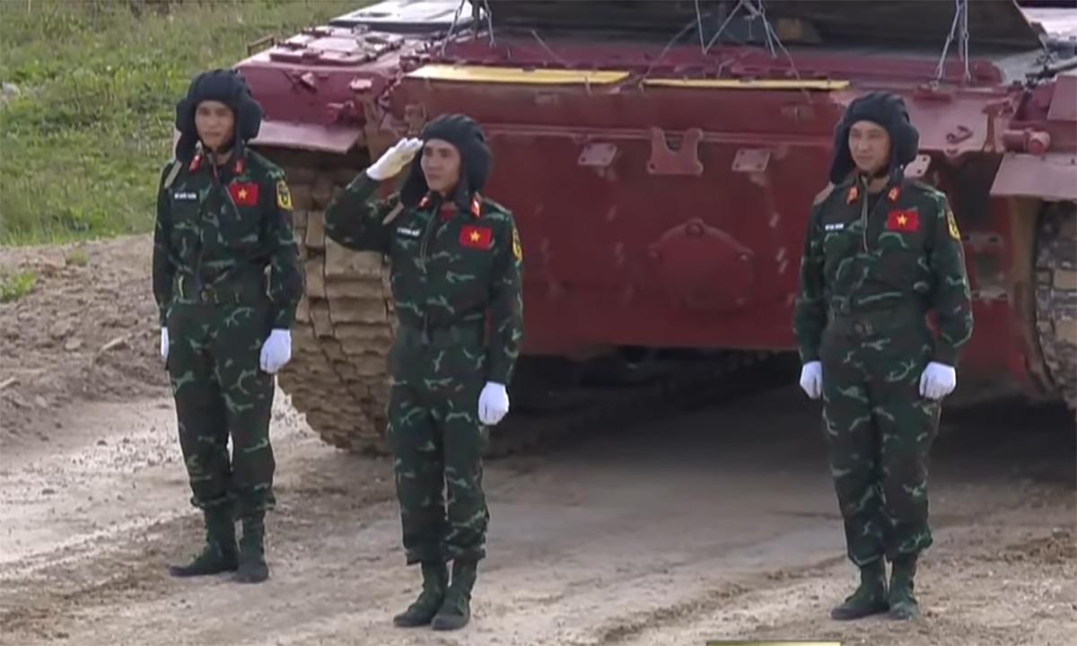 Kíp xe Việt Nam 1 trước giờ thi đấu ngày 23/8. Ảnh chụp màn hình kênh Zvezda.