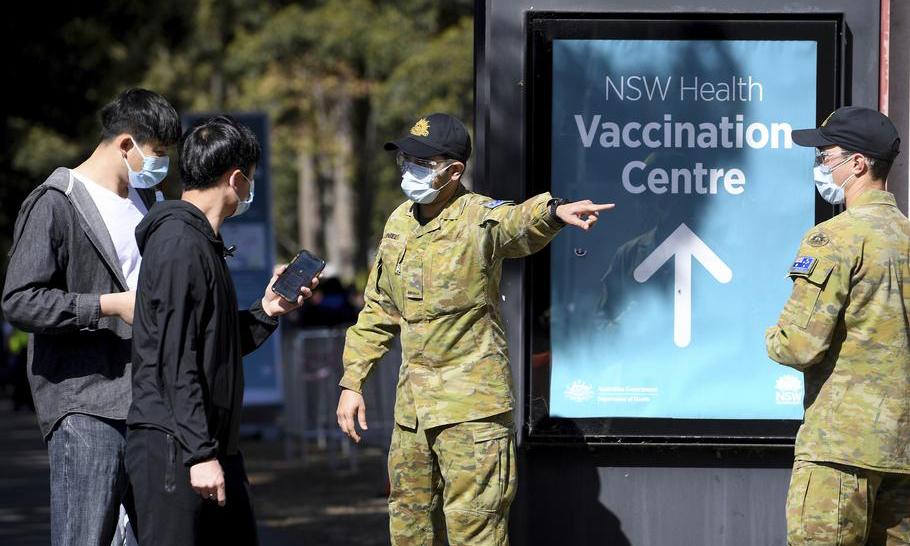 Binh sĩ Australia hỗ trợ người dân tại một điểm tiêm chủng Covid-19 ở thành phố Sydney hôm 18/8. Ảnh: AP.