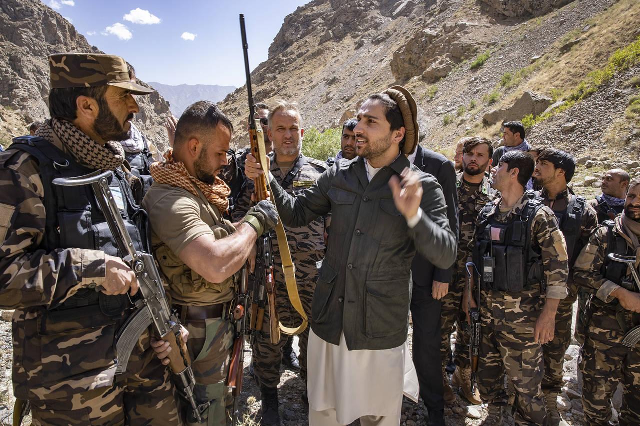 Ahmad Massoud (giữa) mặc thường phục trò chuyện cùng lực lượng dân gần Abshar, tại thung lũng Panjshir vào tháng 10/2020. Ảnh: WSJ