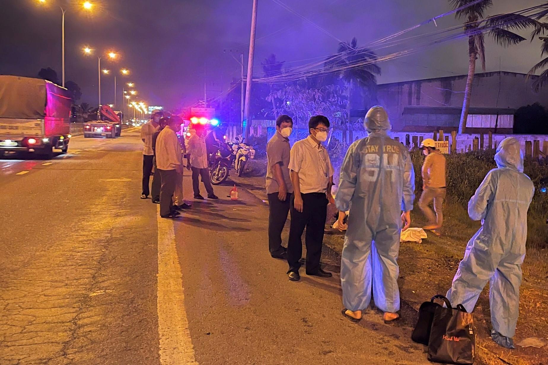 Lực lượng chức năng khám nghiệm hiện trường trên QL1A qua xã Tiến Lợi, tối 22/8. Ảnh: Tư Huynh