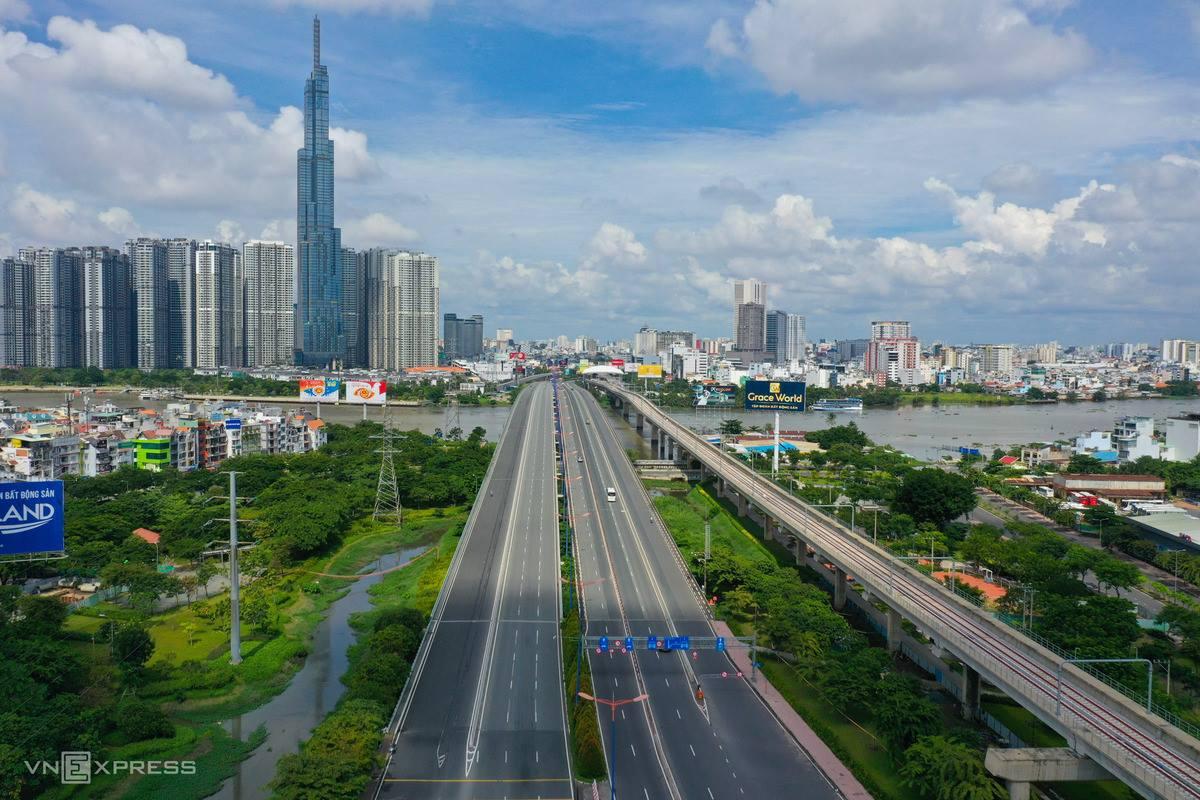 Xa lộ Hà Nội hướng về cầu Sài Gòn và trung tâm thành phố thưa thớt xe qua lại, sáng 23/8. Ảnh: Quỳnh Trần
