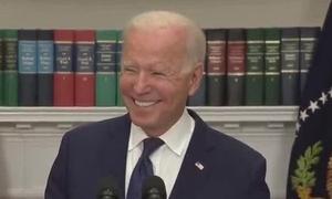 Biden bật cười khi phóng viên hỏi về tỷ lệ tín nhiệm thấp
