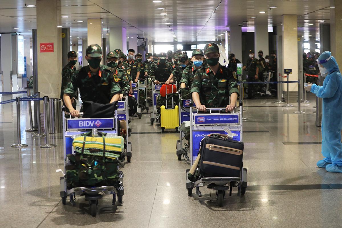 Gần 300 quân nhân đến sân bay Tân Sơn Nhất tối 21/8 để giúp TP HCM chống dịch. Ảnh: Quỳnh Trần