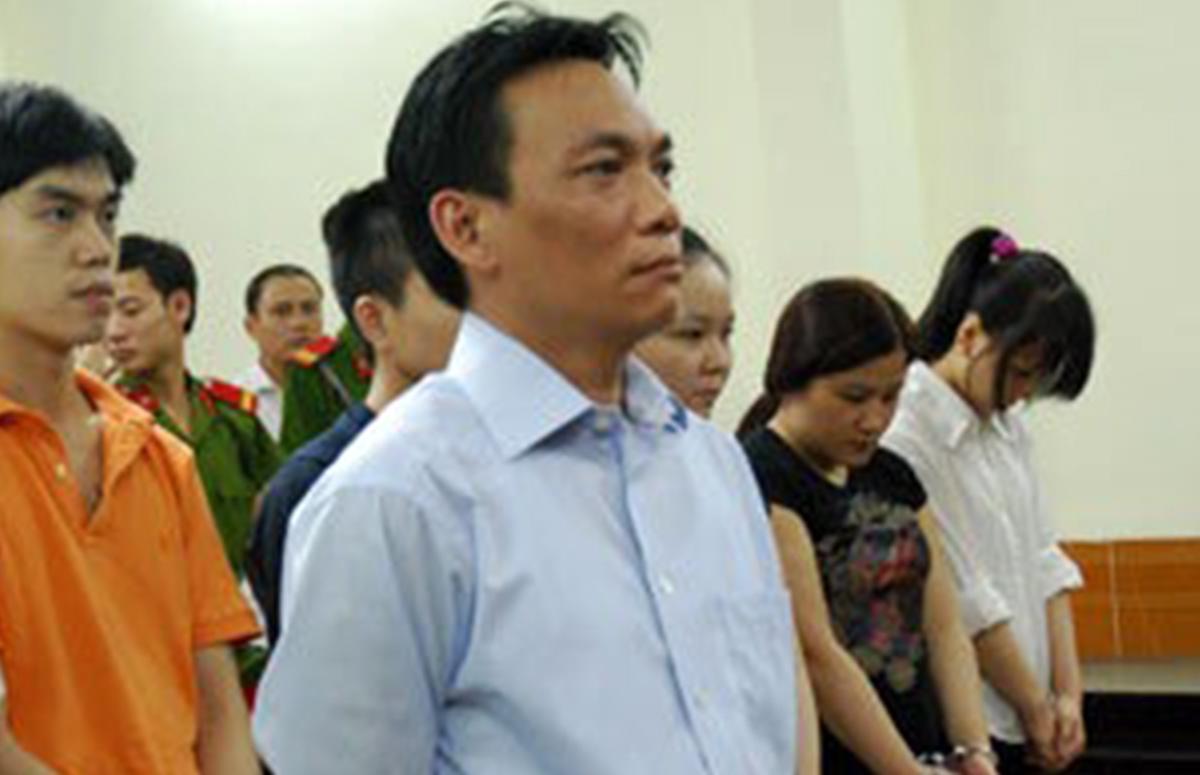 Ông Nguyễn Đại Dương (áo sơ mi xanh) bị xét xử trong vụ án tại vũ trường New Century, năm 2007. Ảnh: Hoàng Anh.