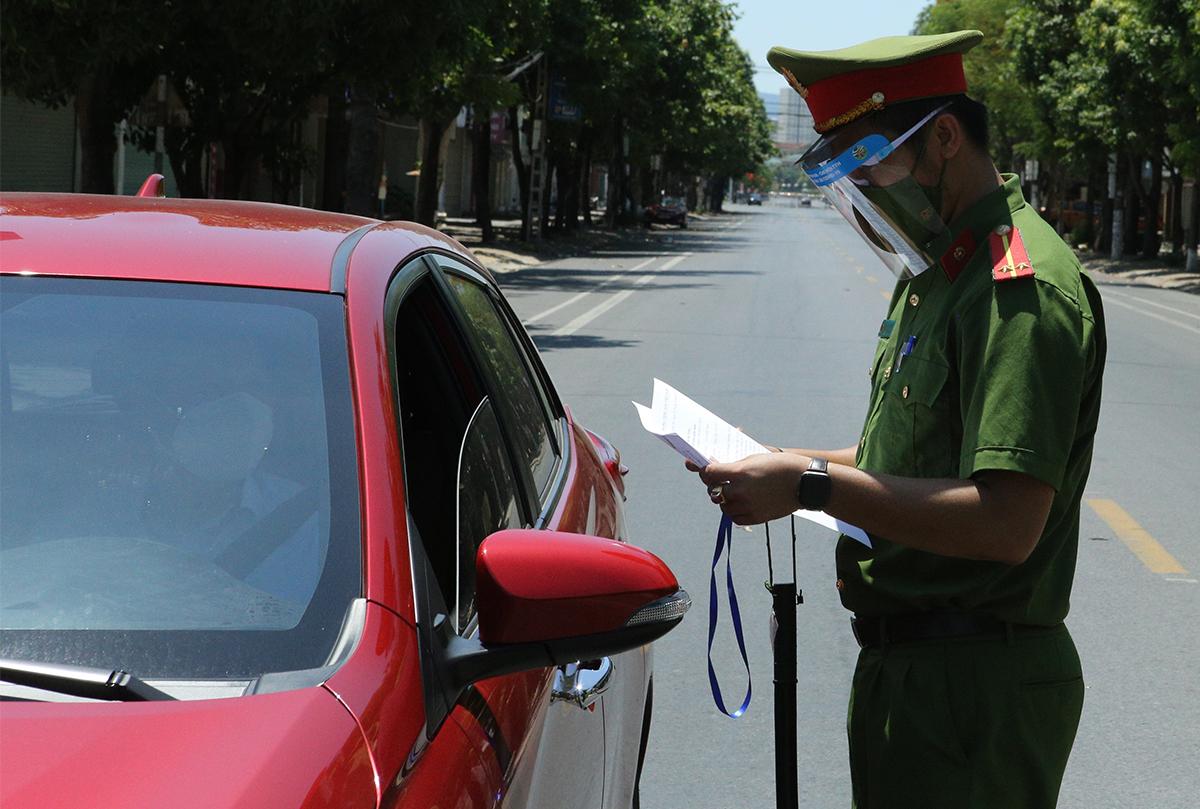 Công an kiểm tra giấy tờ người tham giai giao thông trên đường phố Vinh, trưa 23/8. Ảnh: Nguyễn Hải