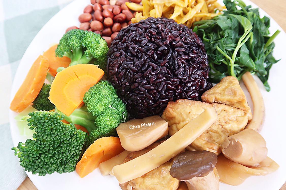 Cơm gạo lứt, nấm, đậu hũ và các laoị rau củ cho bữa chay đủ chất.