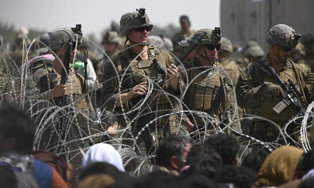 Lính Mỹ tại một chốt gác ở sân bay Kabul hôm 20/8. Ảnh: AFP.