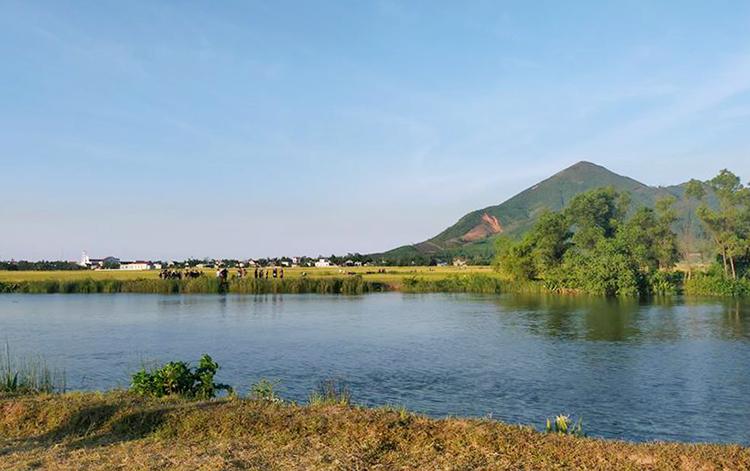 Kênh nhà Lê đoạn chảy ra thôn Hoàn Dụ, xã Kỳ Khang, nơi xảy ra vụ đuối nước. Ảnh: H.T