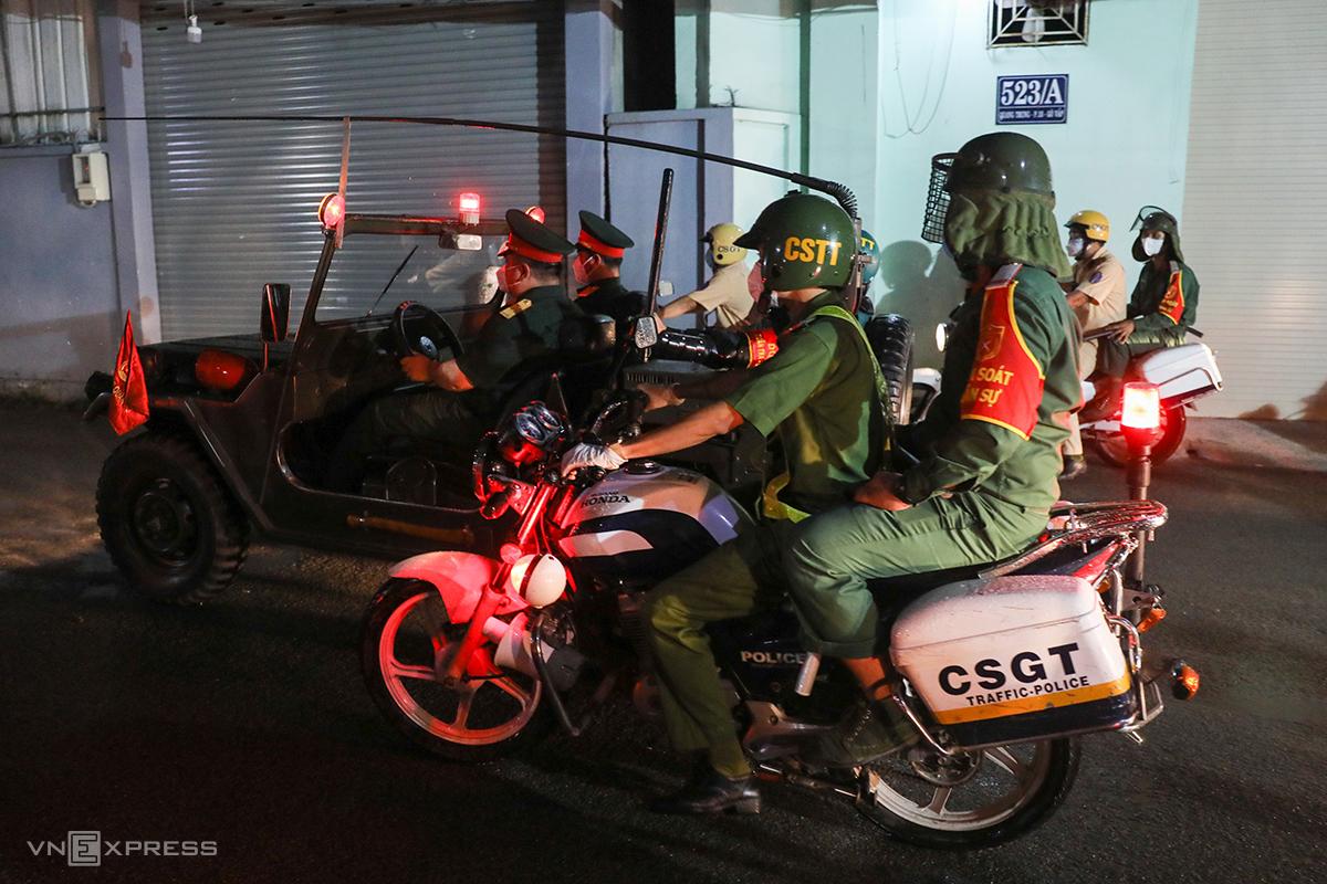 Bộ đội cùng CSGT tuần tra, đảm bảo tuân thủ quy định giãn cách. Ảnh: Quỳnh Trần