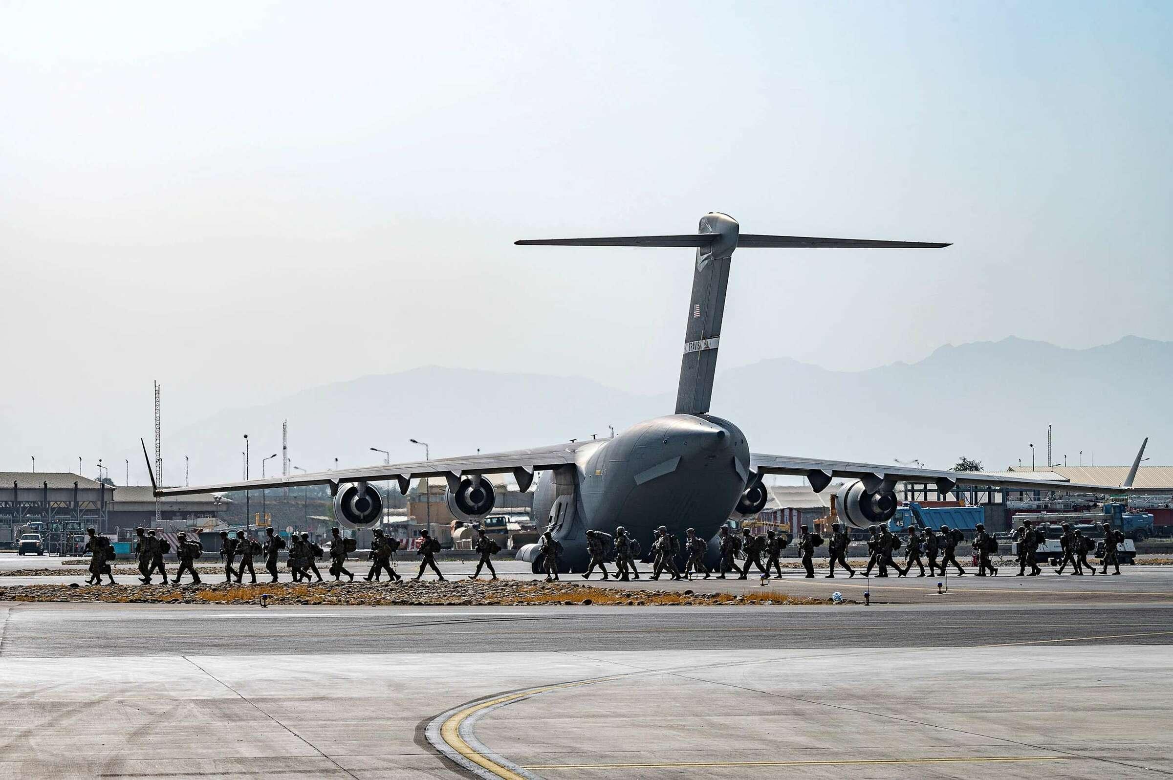 Quân Mỹ tăng viện cho sân bay Hamid Karzai, Kabul vào ngày 20/8. Ảnh: USAF.
