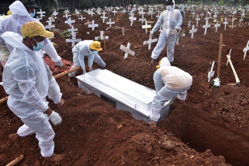 Chôn cất nạn nhân Covid-19 tại nghĩa trang ở Bekasi, Indonesia, ngày 6/8. Ảnh: AFP