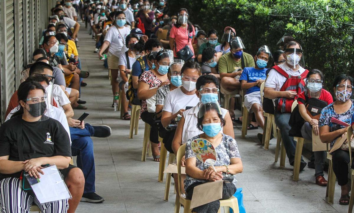 Người dân chờ tiêm chủng tại thủ đô Manila của Philippines hồi tháng 5. Ảnh: Rappler.