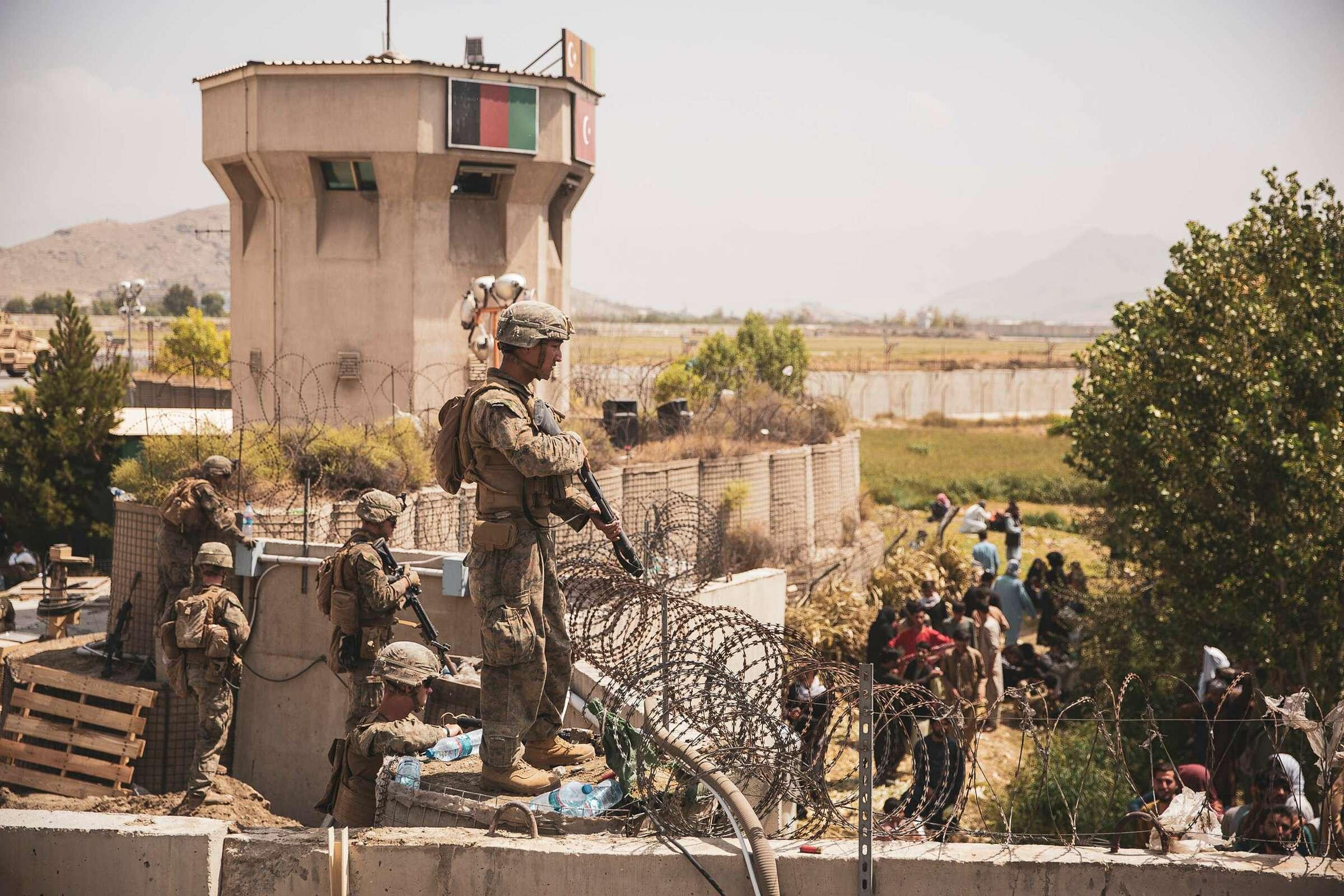 Lính thủy đánh bộ Mỹ bảo vệ sân bay Hamid Karzai, thủ đô Kabul của Afghanistan vào ngày 20/8. Ảnh: USMC.