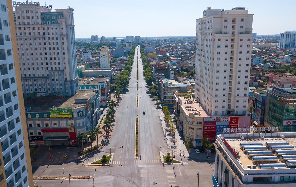 Đường Trần Phú, TP Vinh sáng 23/8 thưa thớt phương tiện. Ảnh: Lê Thắng