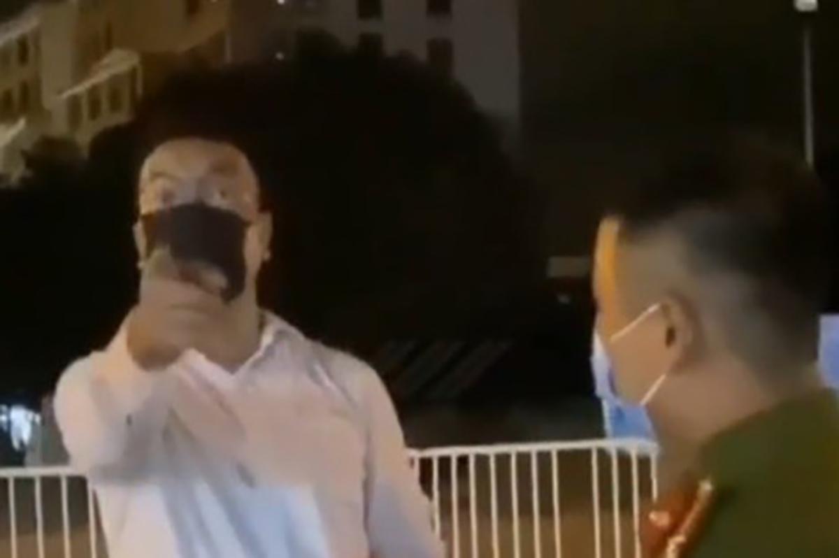Anh Đức (áo trắng) gây rối ở chốt kiểm dịch bị quay video lại. Ảnh: Cắt từ video.