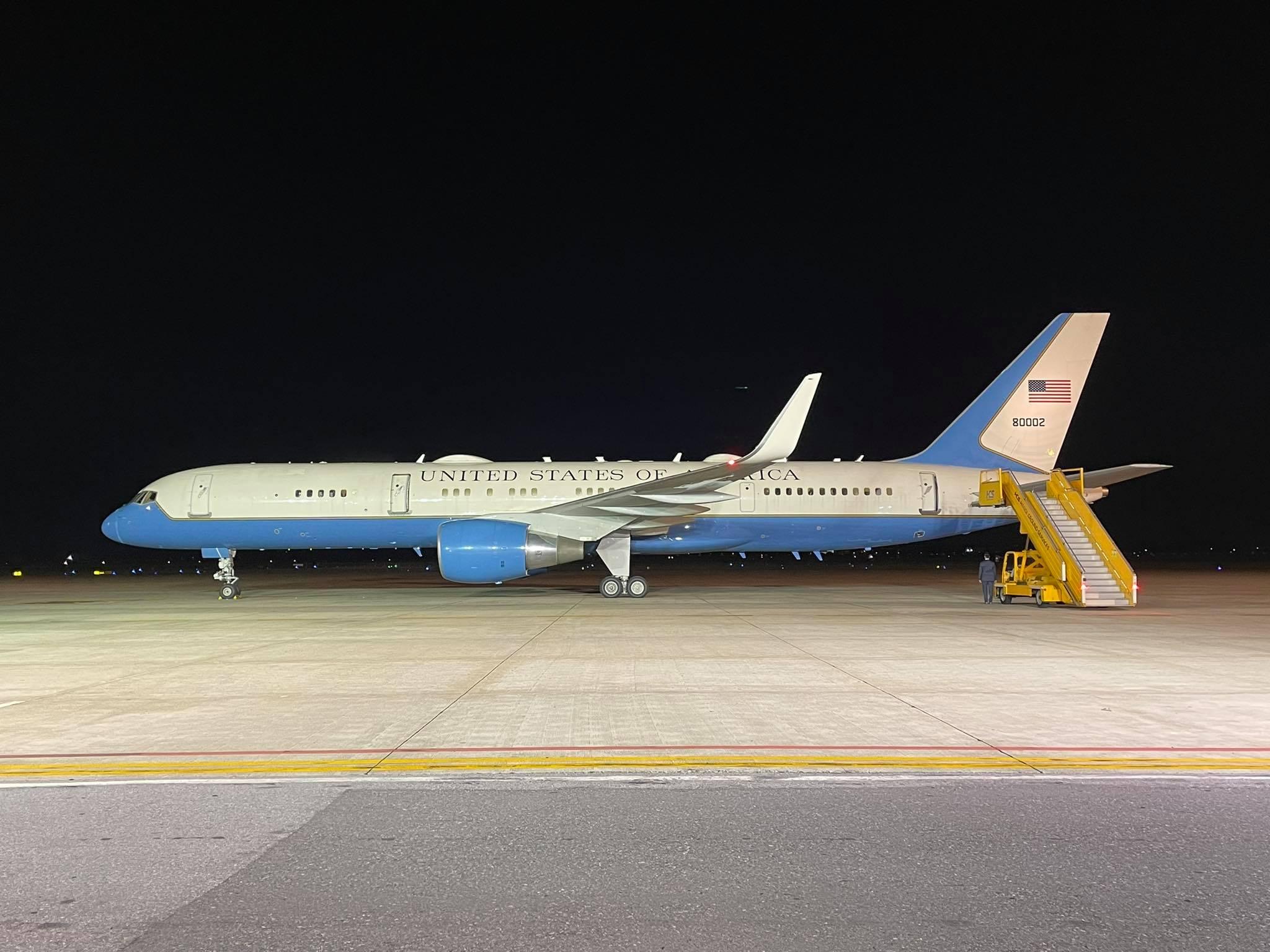 Chuyên cơ Không lực Hai tại sân bay Nội Bài tối 24/8. Ảnh: Giang Huy.