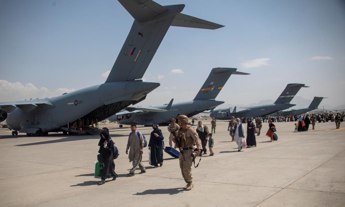 Lực lượng vũ trang Anh sơ tán người ở sân bay Kabul, Afghanistan, hôm 23/8. Ảnh: Reuters