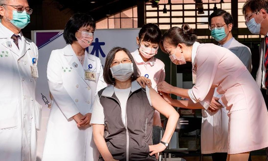 Lãnh đạo Đài Loan Thái Anh Văn tiêm vaccine Medigen tại Bệnh viện Đại học Đài Loan ở Đài Bắc, ngày 23/8. Ảnh: AP